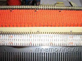 Вязание на машине. Обработка горловины планкой с ажурными дорожками.