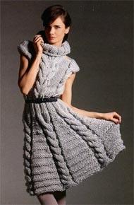 Вязание для женщин. Взаное платье с косами и высоким воротником.